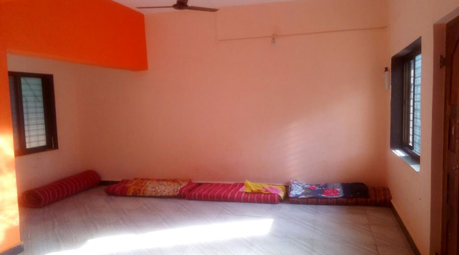 dormatory room in Omkar Sai Niwas provides Non Ac and Dormatory stay with transnational Food in Aare Ware Beach
